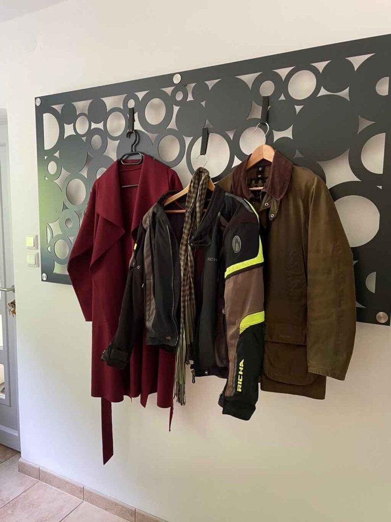 Lochblech als Garderobe