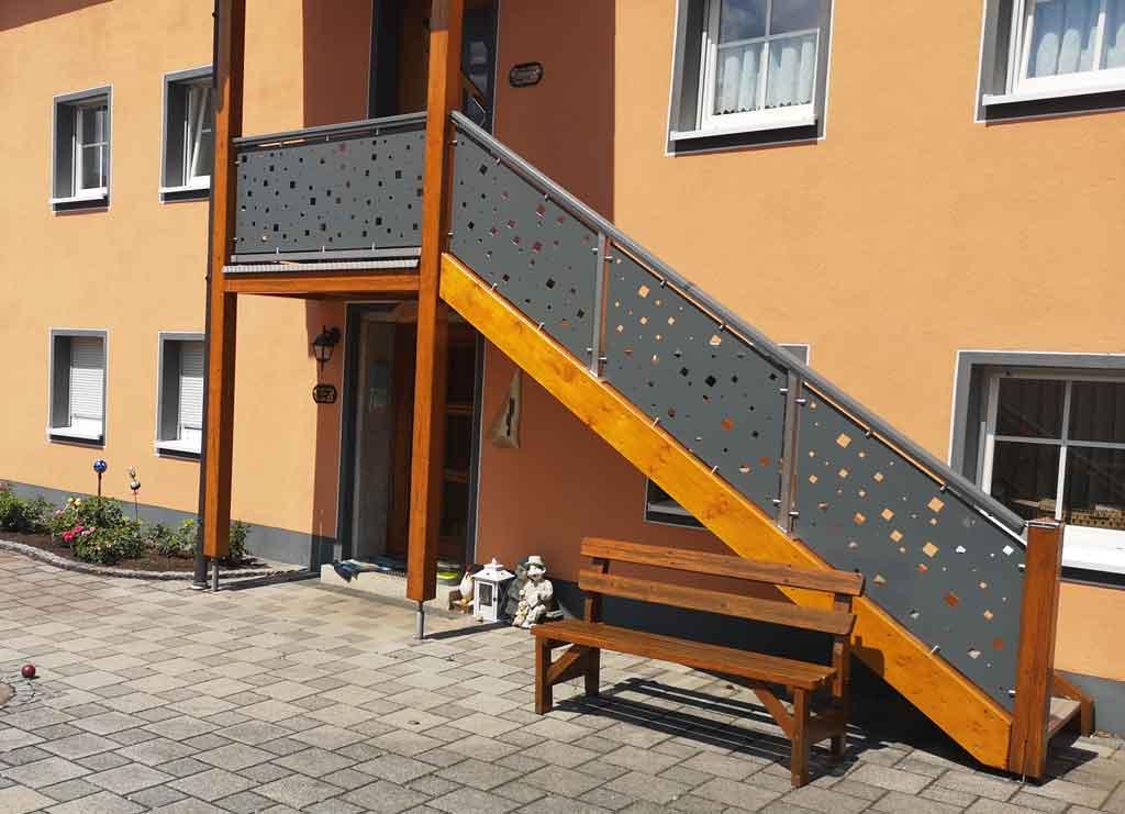 Treppengeländer modern mit Lochblech
